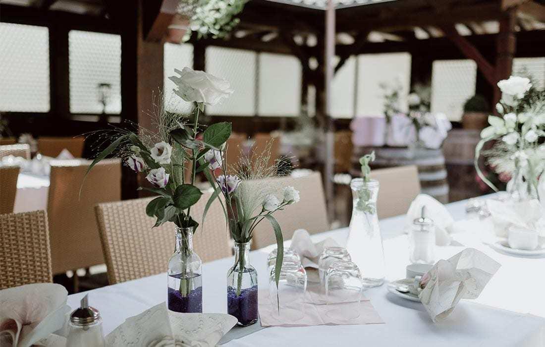 Hochzeitslocation Hallnberg terrasse mit blumendekoration