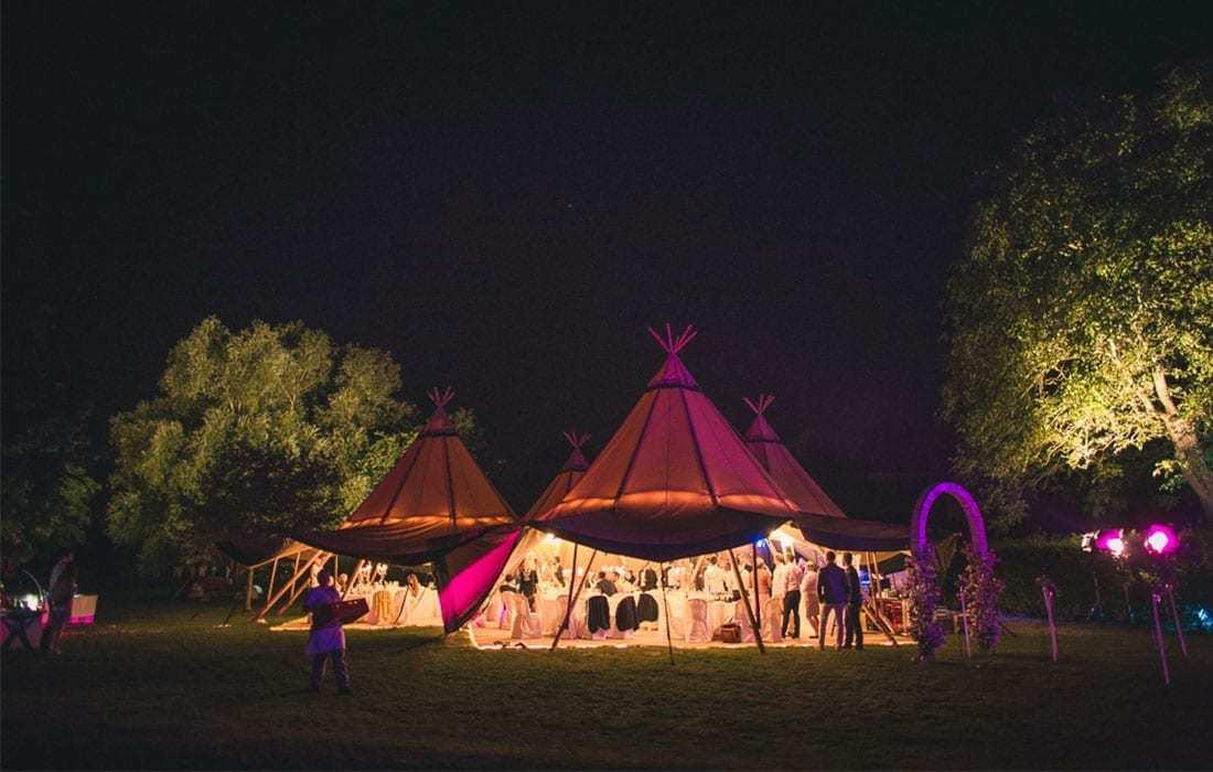 Tipizelt im Park bei Hochzeitsfeier