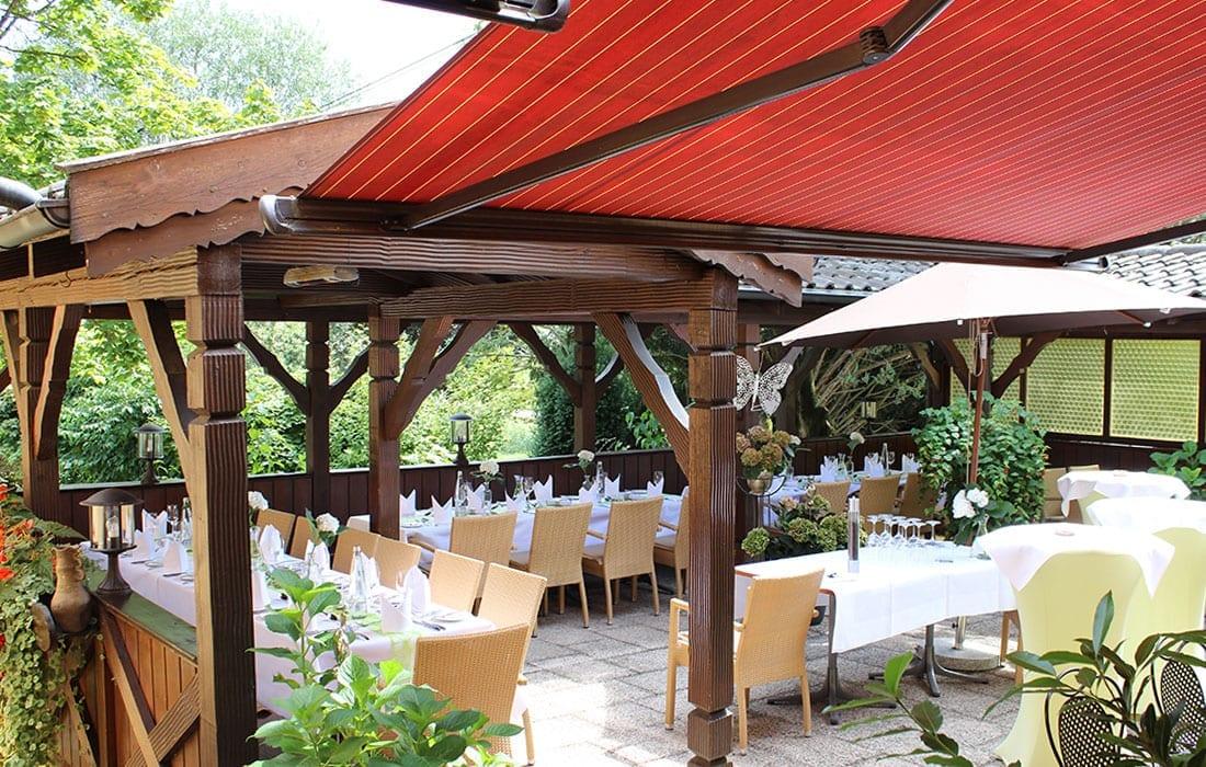 Hochzeit auf der Terrasse im grünen