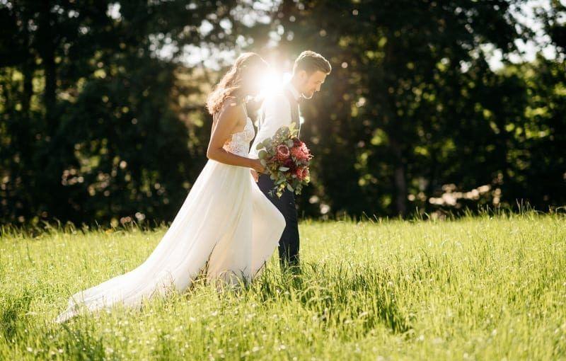 Brautpaar in der Wiese Hochzeitslocation Erding