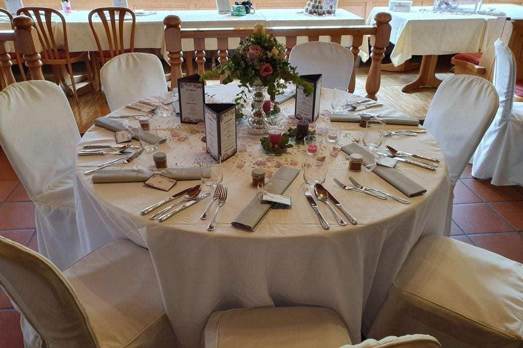 Landhotel Hallnberg Hochzeitslocation München runder Tisch