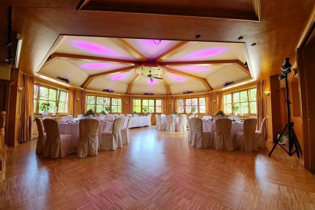 Landhotel Hallnberg Hochzeitssaal München runde Tische Tanzfläche