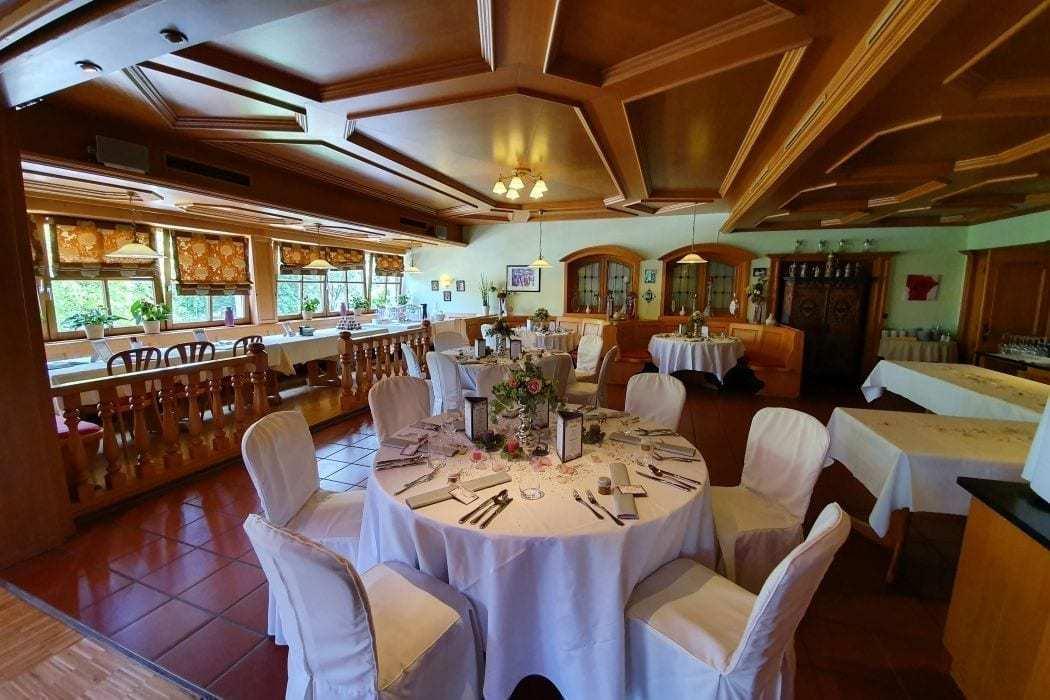 Landhotel hallnberg Hochzeitssaal Erding runde Tische